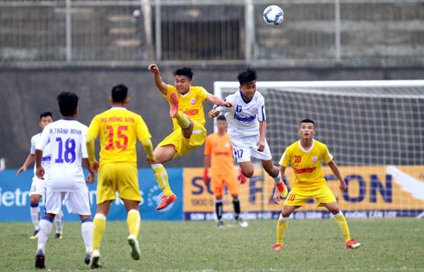 Chủ nhà U19 Thừa Thiên Huế (áo trắng) không thể tạo nên bất ngờ trước nhà ĐKVĐ U19 Hà Nội. Ảnh: VFF