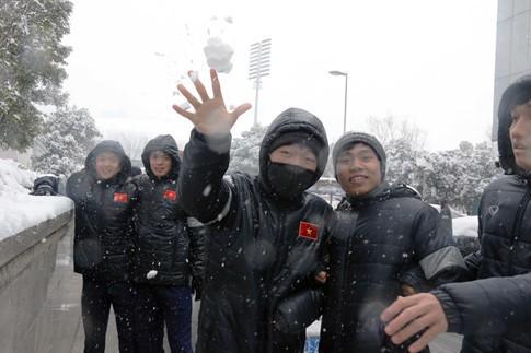 Tuyết rơi dày đặc ở Thường Châu (Trung Quốc) khiến kế hoạch tập luyện của U23 Việt Nam phải điều chỉnh.