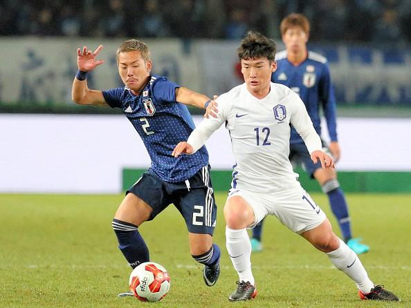 Tuyển thủ Nhật Bản Yosuke Ideguchi (trái) sang Anh thi đấu với mức giá khoảng 20 tỷ đồng.