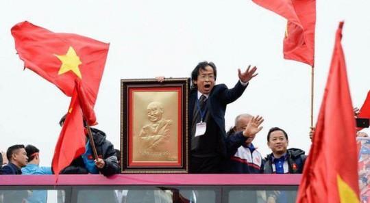 Không có công trạng gì nhưng ông Trung choáng cả vị trí đầu xe của HLV Park Hang Seo, hô hào rất chi là khí thế.