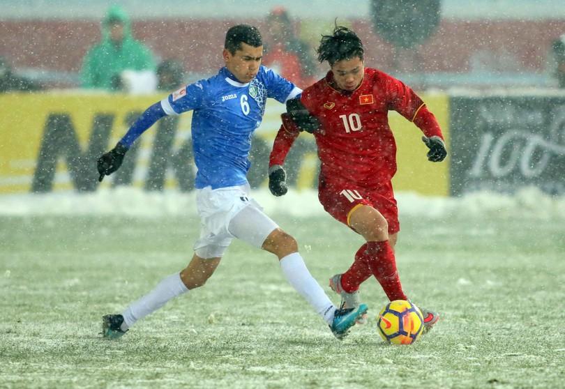 Công Phượng nén đau ra sân ở trận chung kết với U23 Uzbekistan. Ảnh: Anh Khoa
