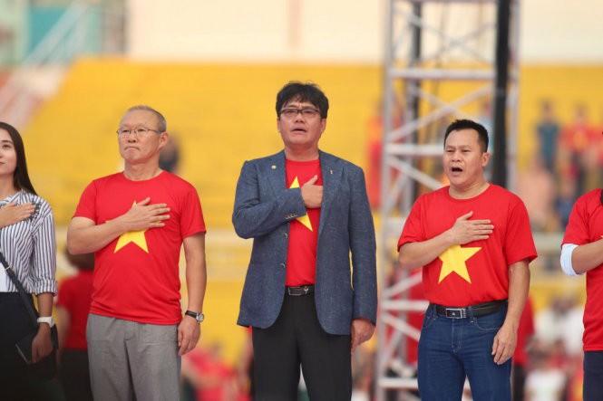 Trưởng đoàn Dương Vũ Lâm (giữa) và trợ lý Lư Đình Tuấn (phải) được vinh danh ở buổi gala. Ảnh: Tuổi trẻ