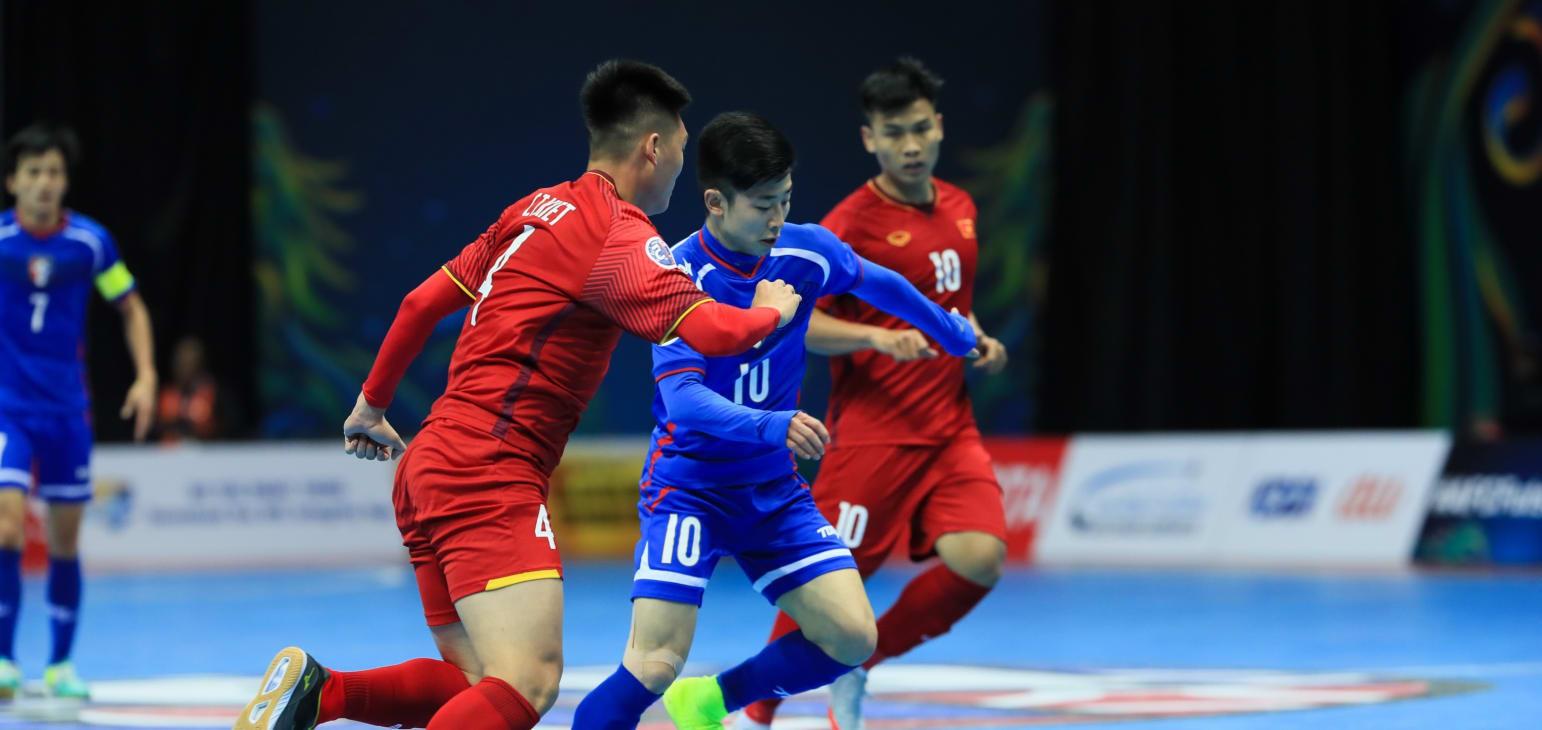 Futsal Việt Nam đã thể hiện bản lĩnh khi vượt qua thời khắc khó khăn để vào tứ kết. Ảnh: AFC