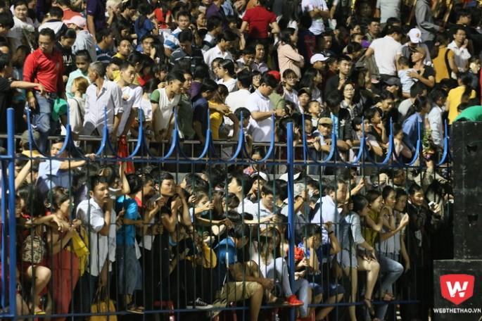Sức nóng của HAGL đã trở lại khi dòng người chen chúc nhau ở trận giao hữu với Bình Phước. Đó là nền tảng để đội bóng phố Núi có thể kết nối nhiều hơn giữa đội bóng và người hâm mộ. Ảnh: Quang Thịnh