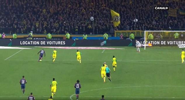Hình ảnh: Rõ ràng trọng tài Chapron đã chủ động chắn lối di chuyển của hậu vệ Nantes