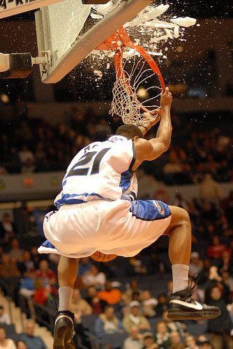 Bảng rổ đầu tiên ở NBA vỡ nát không phải vì một pha úp rổ.