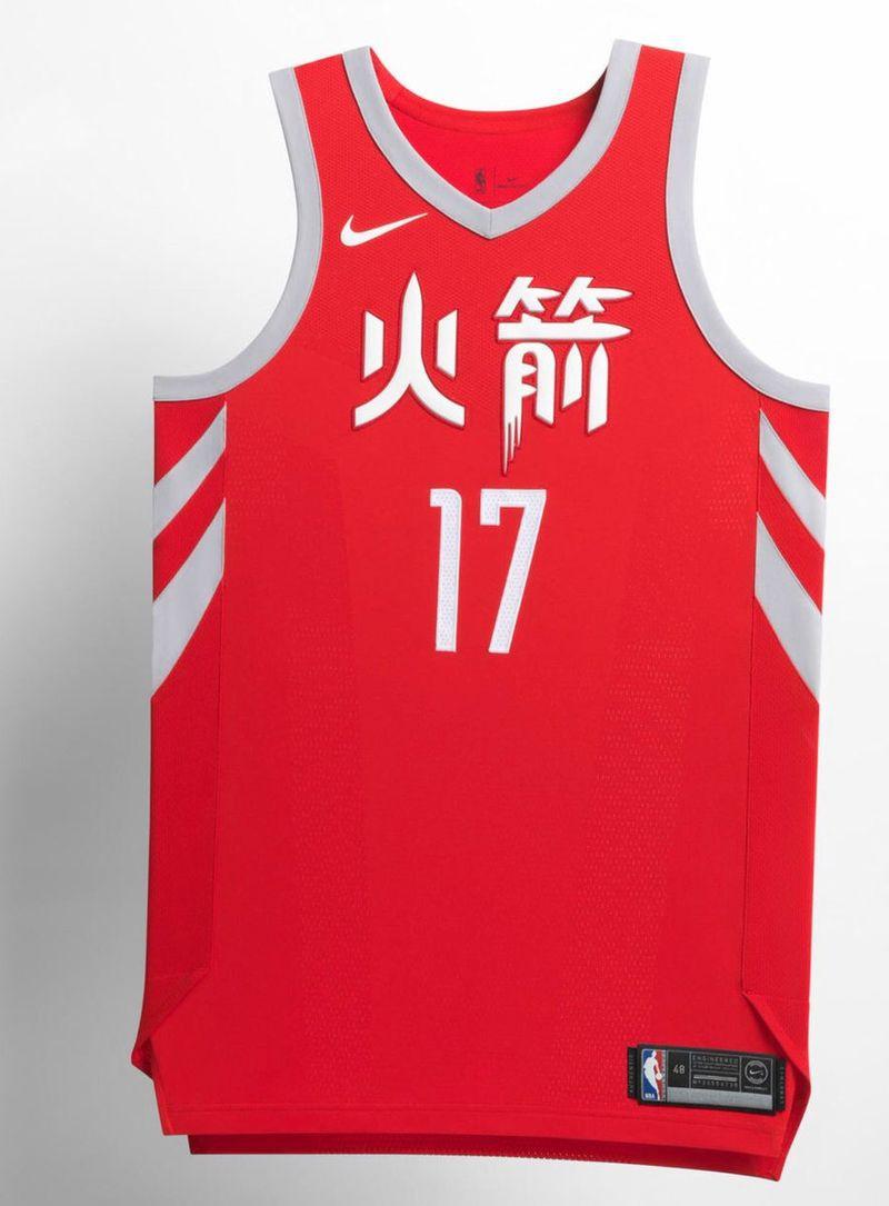 Houston Rockets đã sử dụng lại hoàn toàn mẫu áo từ những năm trước với logo tiếng Hoa trên ngực áo.
