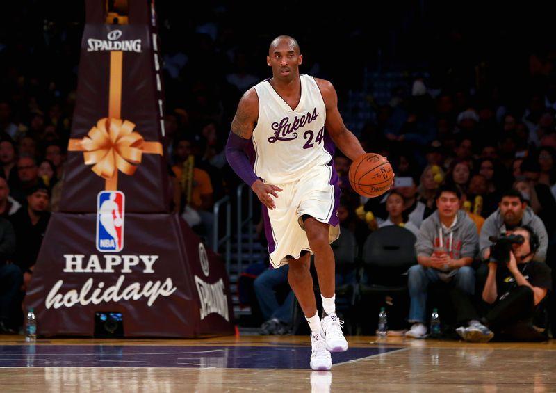 Kobe Bryant thi đấu với mẫu áo đặc biệt tại Christmas Game năm 2015.