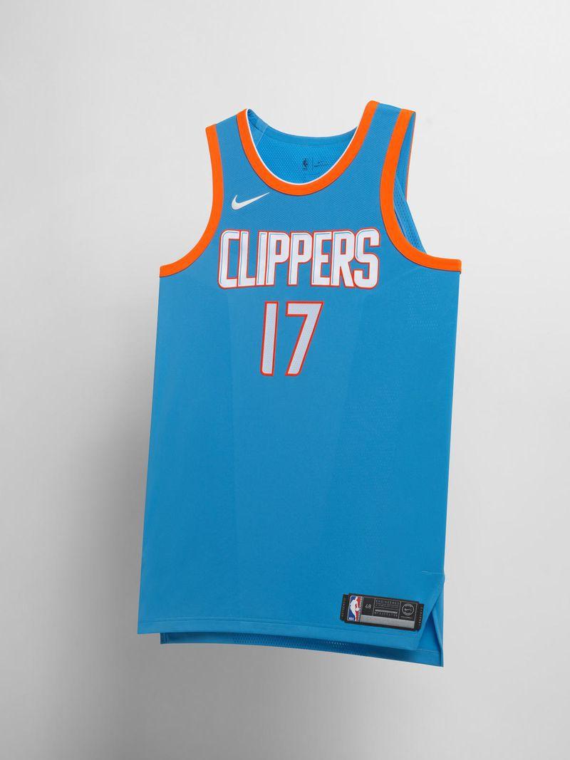 Đây là mẫu đồng phục hoài cổ của LA Clippers khi họ lấy cảm hứng từ mẫu áo đấu ngày xưa của đội San Diego, đội bóng tiền thân của Clippers ngày nay.