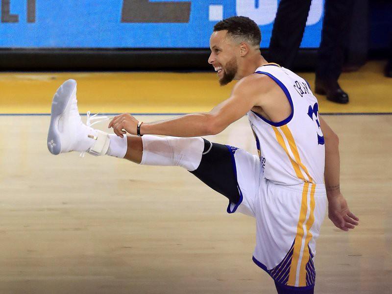 Pha đá chân ăn mừng của Stephen Curry tại Game 1 Finals 2017.