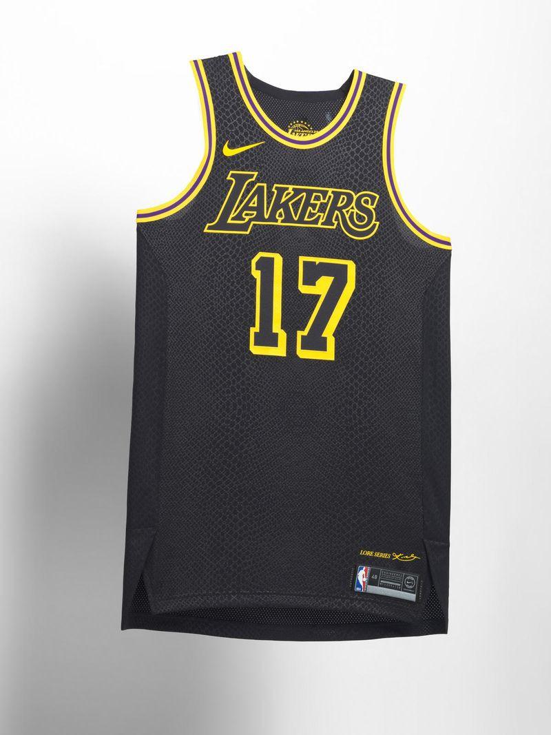 Lakers và Nike đã không hề giấu diếm ý định tri ân Kobe Bryant trên mẫu áo này. Thiết kế này mang họa tiết da rắn cùng 16 ngôi sao tượng trưng cho 16 chiếc cúp vô địch bên hông áo.