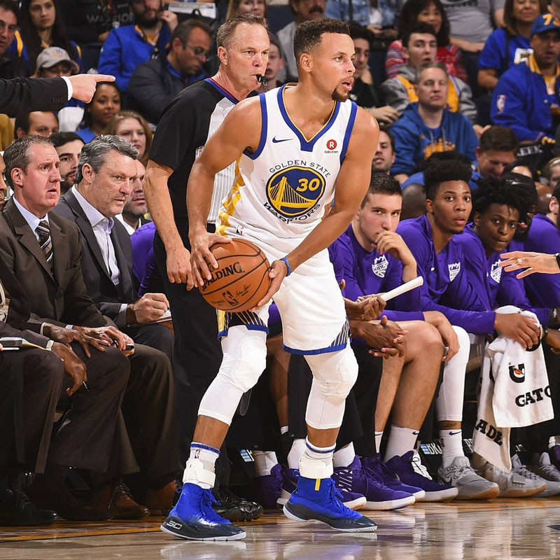 Stephen Curry thi đấu cùng Under Armour Curry 4.