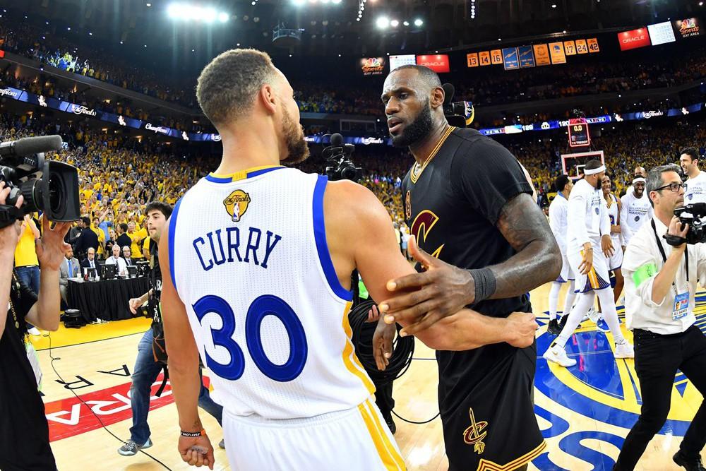 """Stephen Curry một lần nữa """"bán áo"""" tốt hơn LeBron James."""