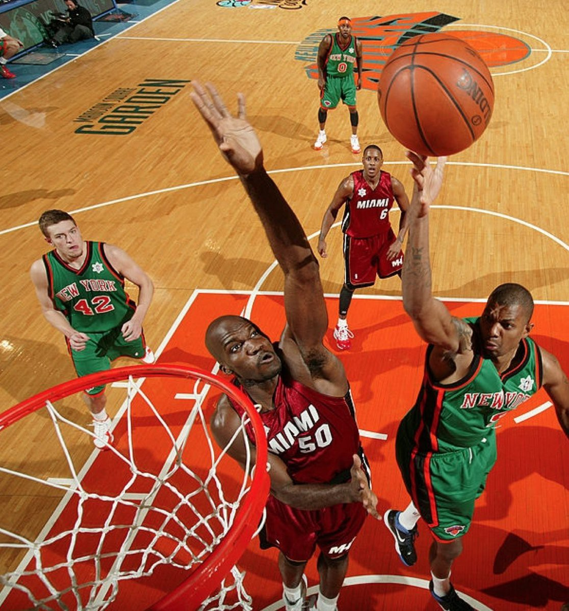 """Bộ đồng phục """"St.Patrick"""" được Knicks sử dụng với màu xanh lá, khác với hai màu thường thấy, để hợp với không khí Giáng Sinh."""