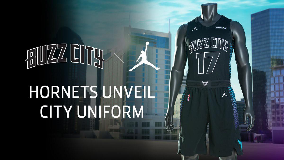 Một trong những mẫu áo đẹp nhất thuộc về Hornets. Logo Jumpman, Buzz City cùng những sọc đa màu sắc đã kết hợp với nhau quá đẹp mắt.