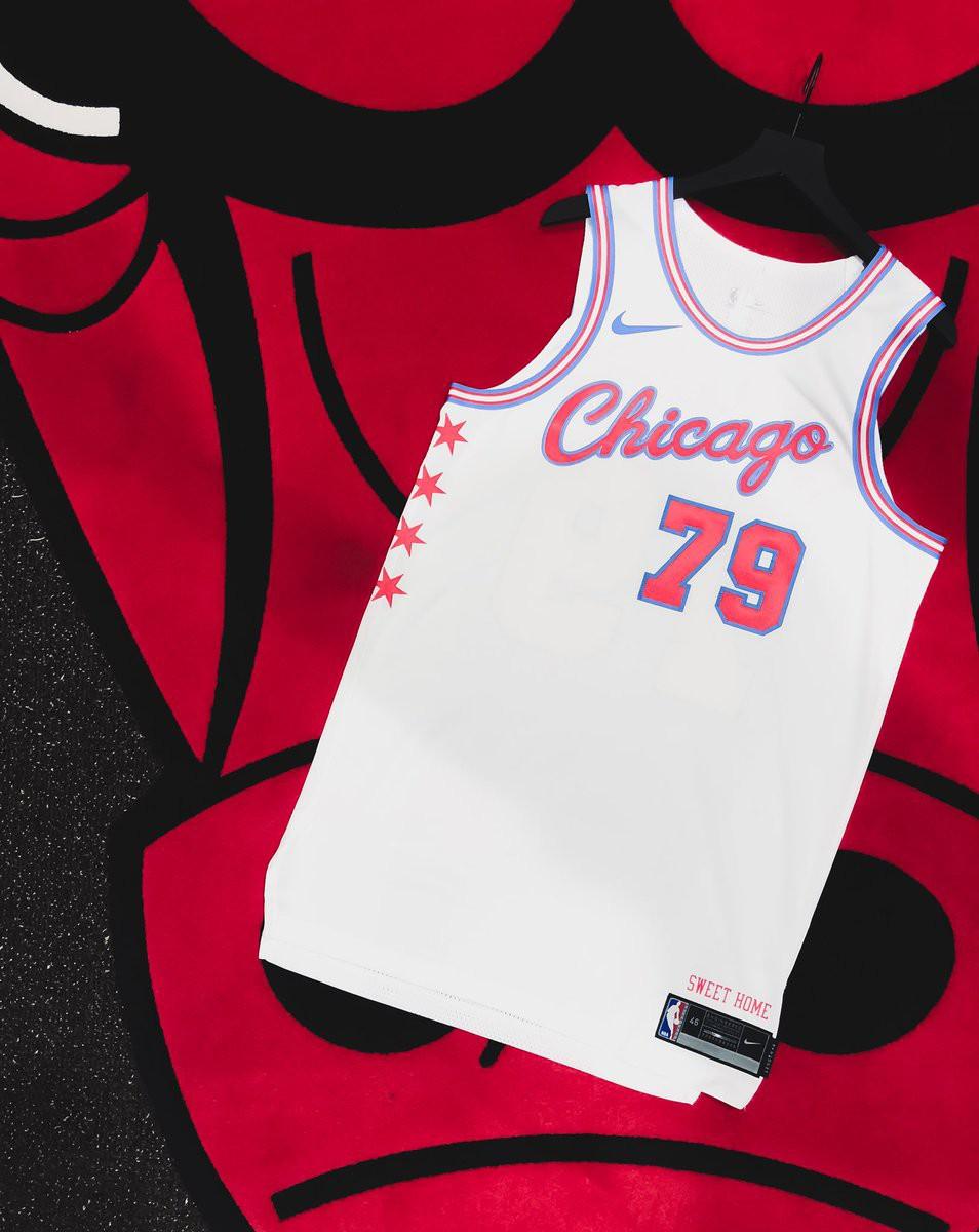 Đây là mẫu thiết kế được làm theo cờ của thành phố Chicago bao gồm màu trắng chủ đạo, hai sọc màu xanh da trời và 4 ngôi sao đỏ.