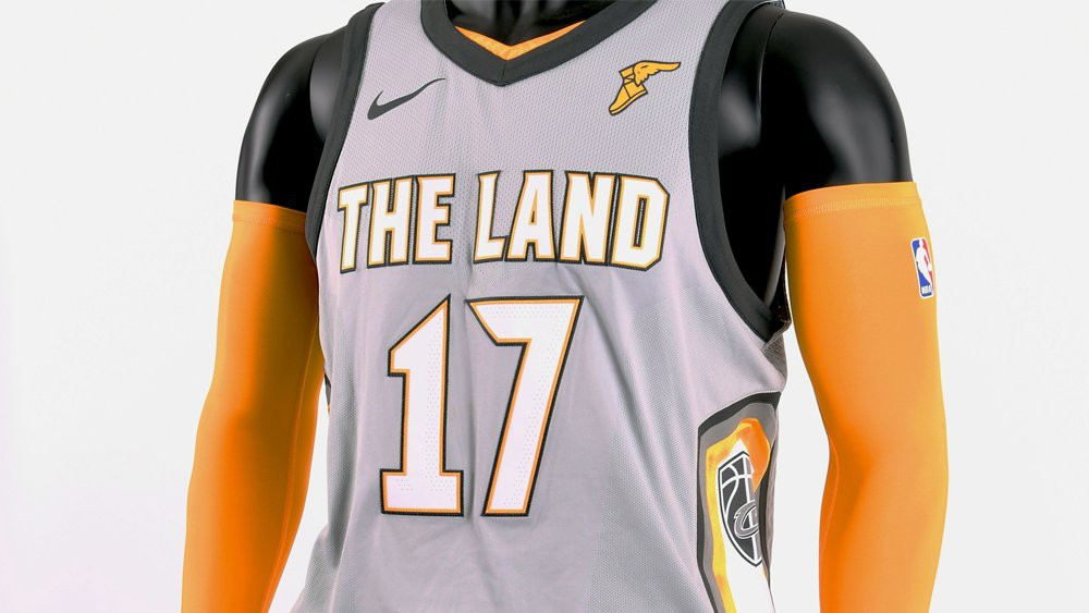'The Land' trên ngực, biểu tượng của Guardian Of Traffic được cách điệu ở hai bên, logo bang Ohio đặt ở dưới bụng, tuy nhiên màu xám có lẽ đã không hợp với mẫu áo này.