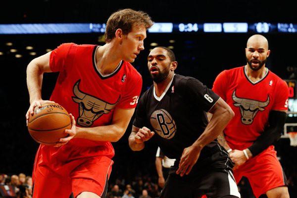 Áo thi đấu có tay vẫn là một khái niệm rất lạ lẫm tại NBA thời điểm đó.