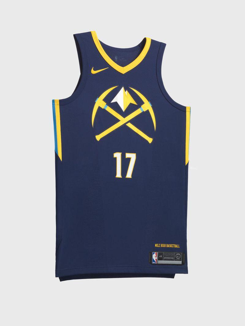 Logo rìu và đỉnh núi vàng đã thể hiện rõ những gì đại diện cho Denver Nuggets. Lựa chọn màu sắc của họ không có gì đặc biệt nhưng cũng đã đủ đẹp mắt với mẫu áo này.