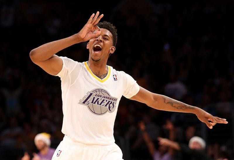 Nick Young với mẫu áo đặc biệt cho Giáng Sinh của Los Angeles Lakers.