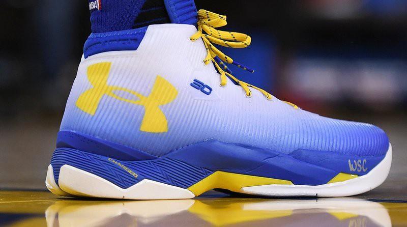 """Under Armour Curry 2.5 """"DubNation"""" trên chân Stephen Curry."""