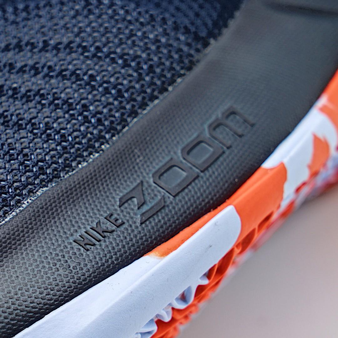 Logo của Nike Zoom bên hông đế.
