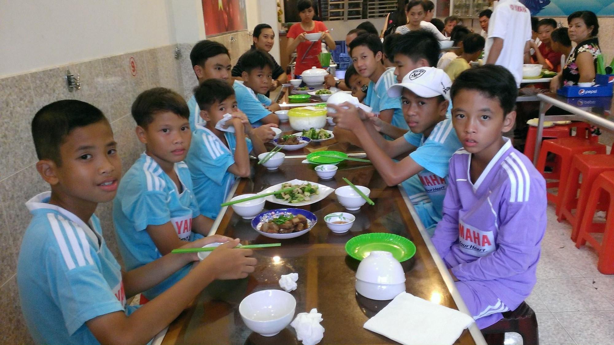 Các cầu thủ THCS Mai Xuân Thưởng dậy sớm ăn sáng