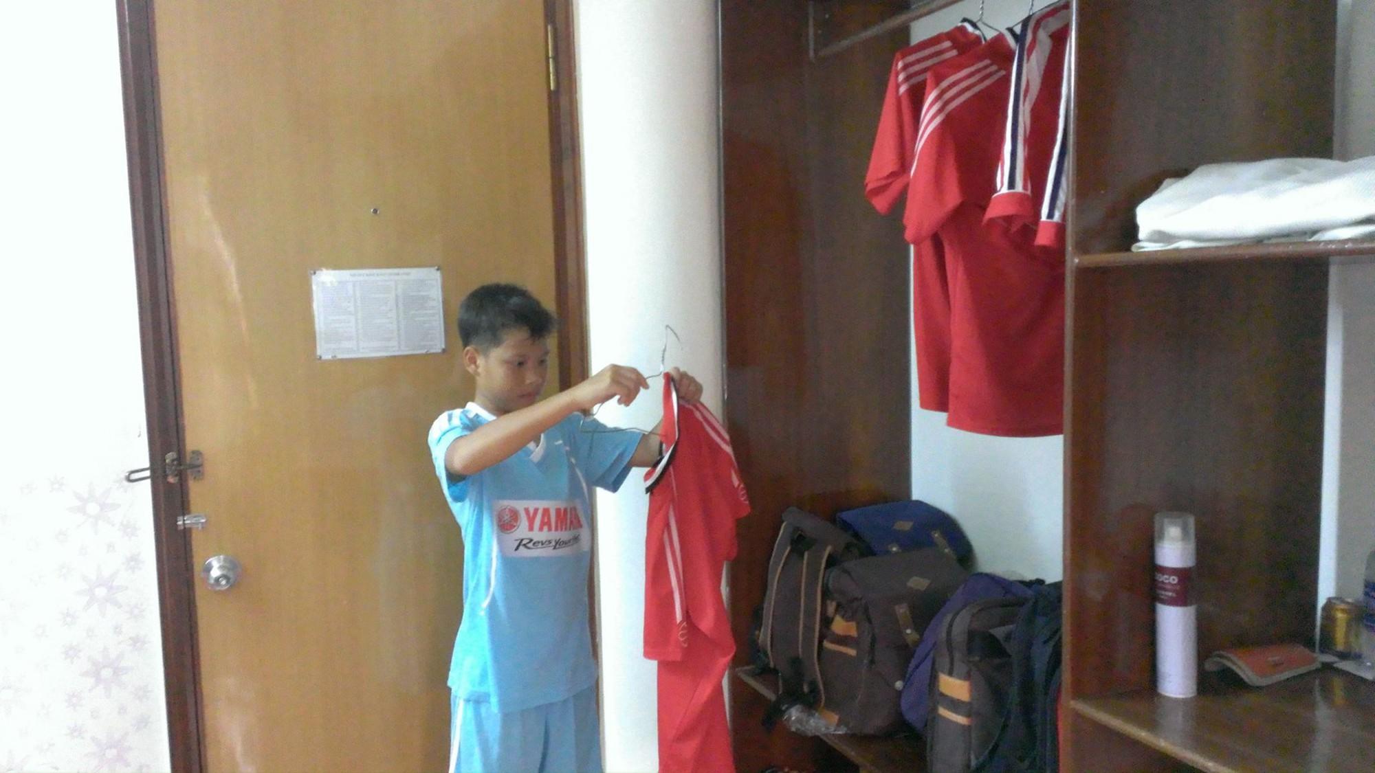 Cầu thủ THCS Mai Xuân Thưởng tự mình gấp quần áo, sắp xếp giày dép