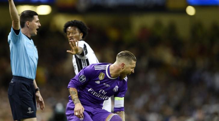 Hình ảnh: Ramos lăn lộn đau đớn sau khi bị Cuadrado đẩy