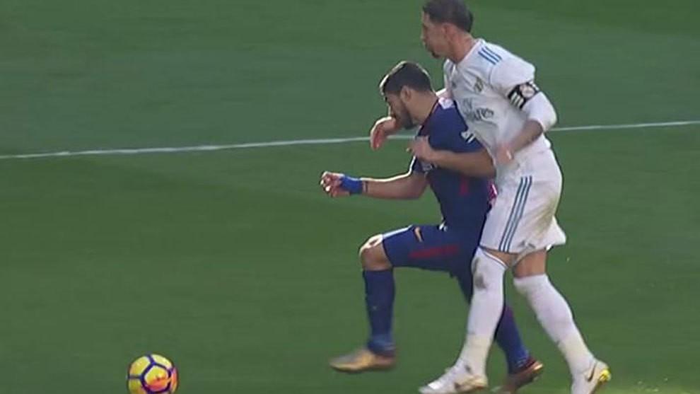 Hình ảnh: Pha phạm lỗi thô thiển của Ramos với Luis Suarez