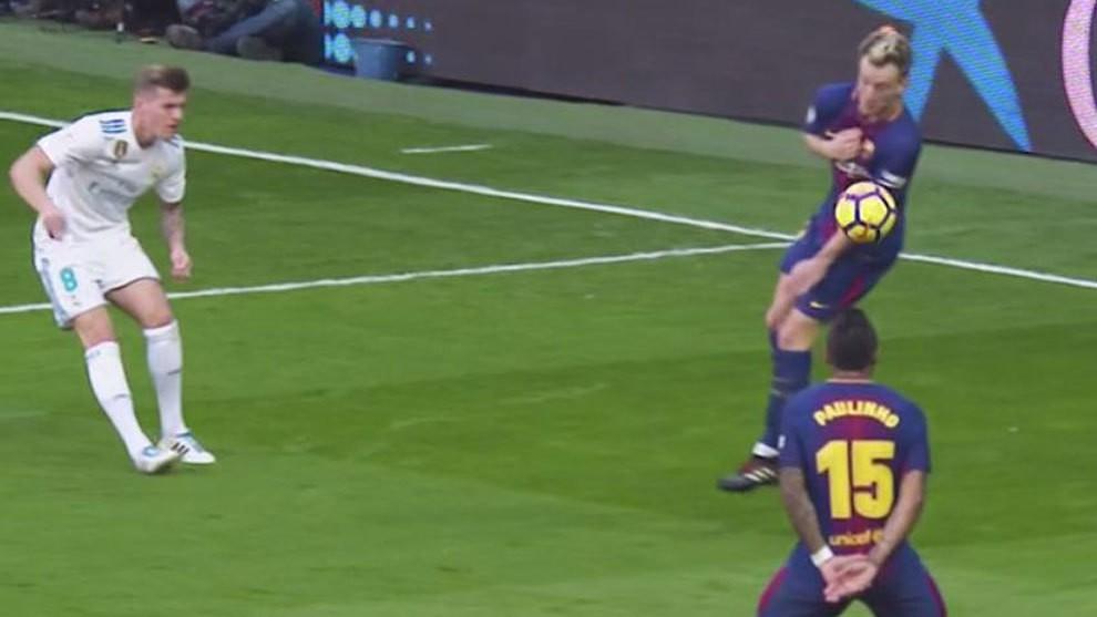 Hình ảnh: Ivan Rakitic để bóng chạm tay sau quả tạt của Kroos