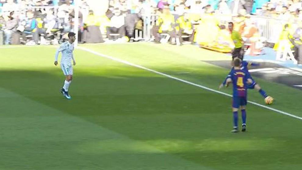 Hình ảnh: Trái bóng đã hoàn toàn đi ra khỏi sân sau pha khống chế của Messi