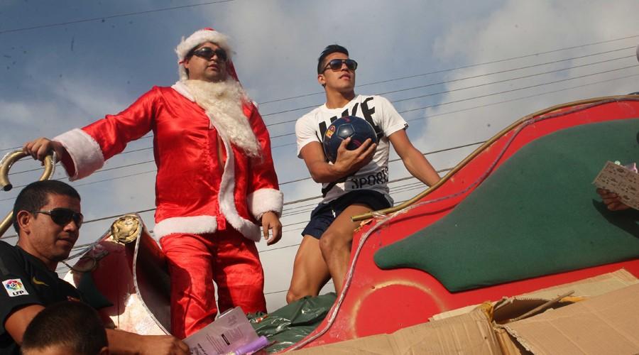 Hình ảnh: Sanchez và những người bạn phát quà Giáng sinh cho mọi người