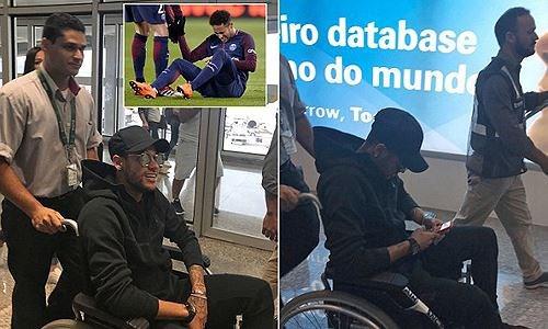 Hình ảnh: Neymar vẫn đang phải di chuyển bằng xe lăn