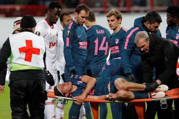 Hình ảnh: Filipe Luis phải rời sân trên cáng tuần trước