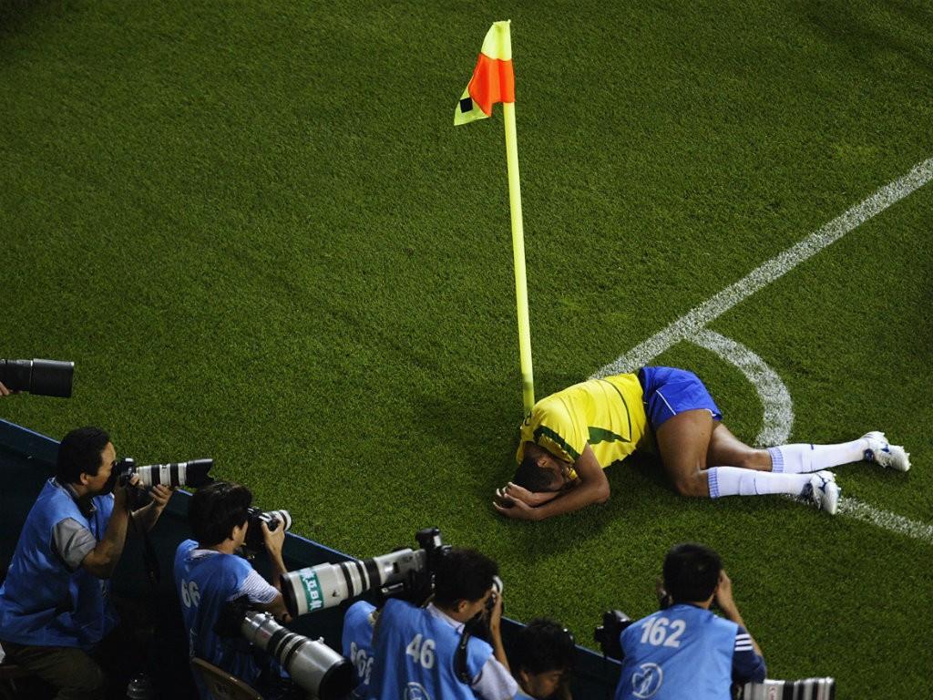 Hình ảnh: Rivaldo ôm mặt đau đớn trên sân