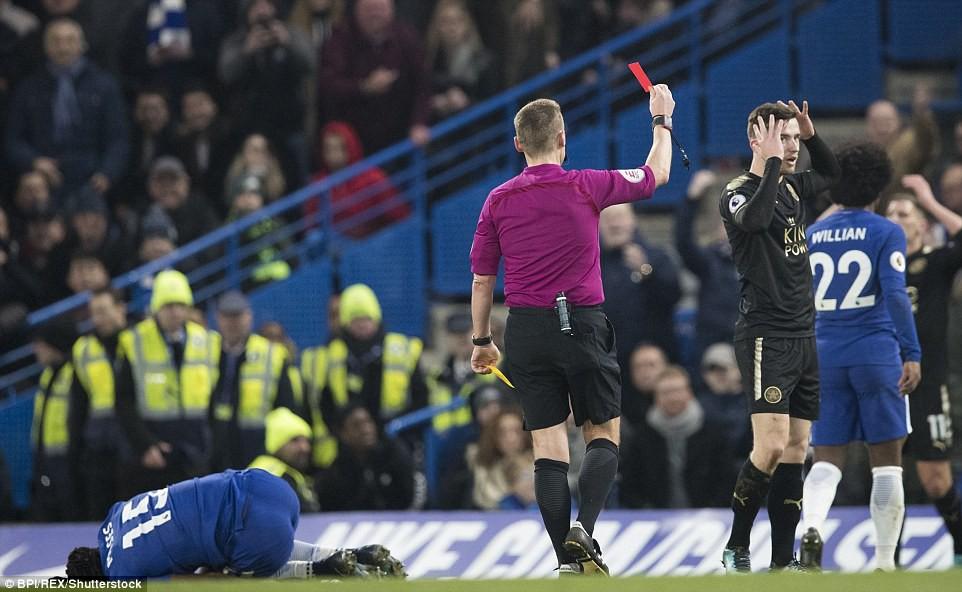 Hình ảnh: Chelsea chỉ bắt đầu dồn ép sau khi Chilwell bên phía Leicester nhận thẻ đỏ