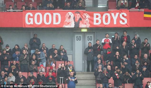 Hình ảnh: Tấm banner hình Sanchez và 2 chú chó được giăng trên khán đái Emirates