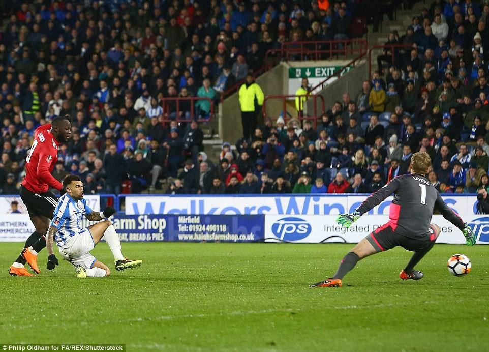 Hình ảnh: Tiền đạo người Bỉ hoàn tất cú đúp ở đầu hiệp 2