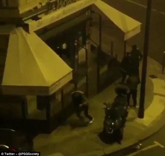 Hình ảnh: Các CĐV PSG quấy phá khách sạn nơi Real đóng quân