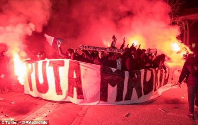Hình ảnh: Các CĐV giăng biểu ngữ xúc phạm Real Madrid