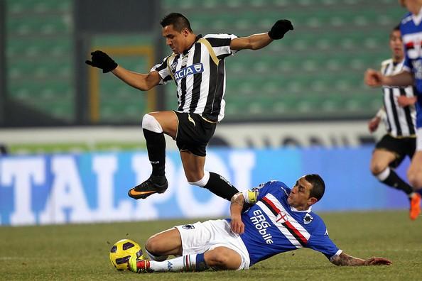 Hình ảnh: Sự cố giải thích tốc độ kinh hoàng của Sanchez trên sân cỏ