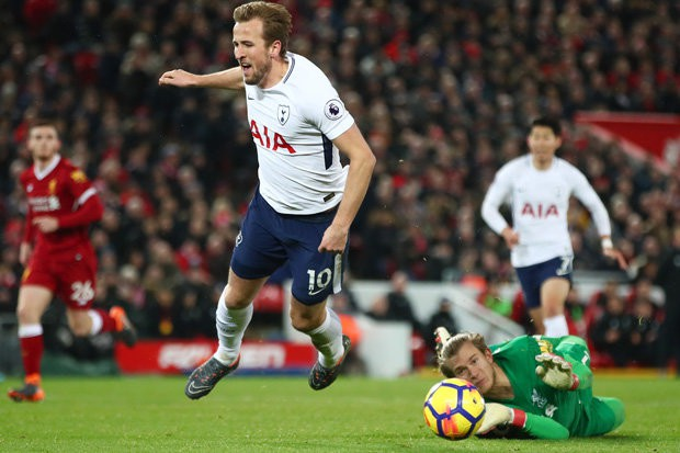 Hình ảnh: Kane ngã rất đẹp ở tình huống đầu tiên