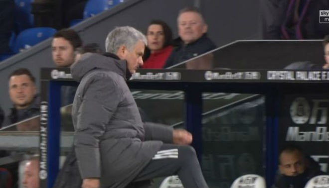 Hình ảnh: HLV Mourinho đá chai nước lên khán đài