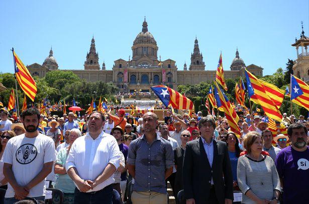 Hình ảnh: Pep Guardiola trong buổi tuần hành biểu tình đòi độc lập cho xứ Catalan hồi tháng 6