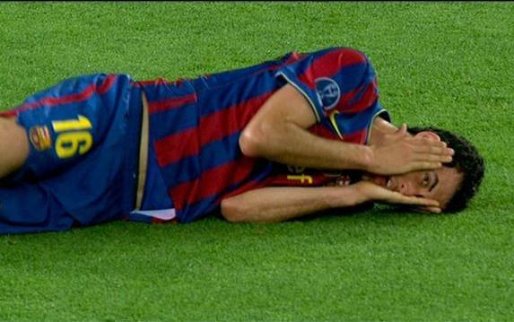 Hình ảnh: Busquets mở mắt nhìn Thiago Motta bị trừng phạt