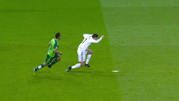 Hình ảnh: Pha ''vấp cỏ'' nổi tiếng của Ronaldo