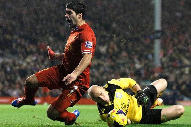 Hình ảnh: Suarez ngã rất đẹp đem về quả penalty cho Liverpool