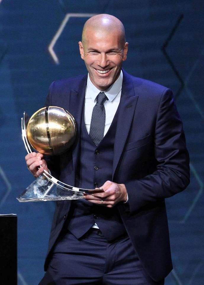 Hình ảnh: HLV Zidane hạnh phúc trên bục nhận giải