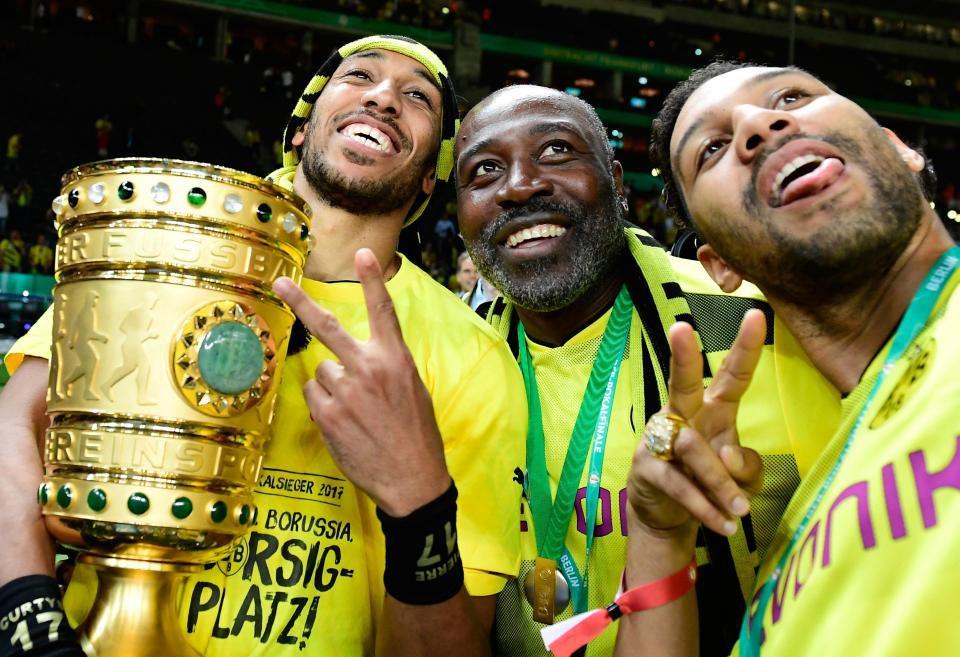 Hình ảnh: Aubameyang ăn mừng cùng cha sau chức vô địch cùng Dortmund